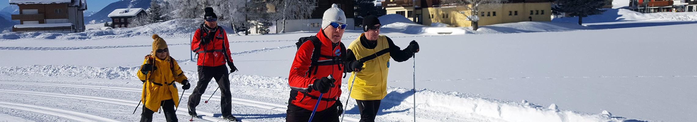 Photo: Deux tandems de fondeurs lors d'une activité à la vallée de Conches.