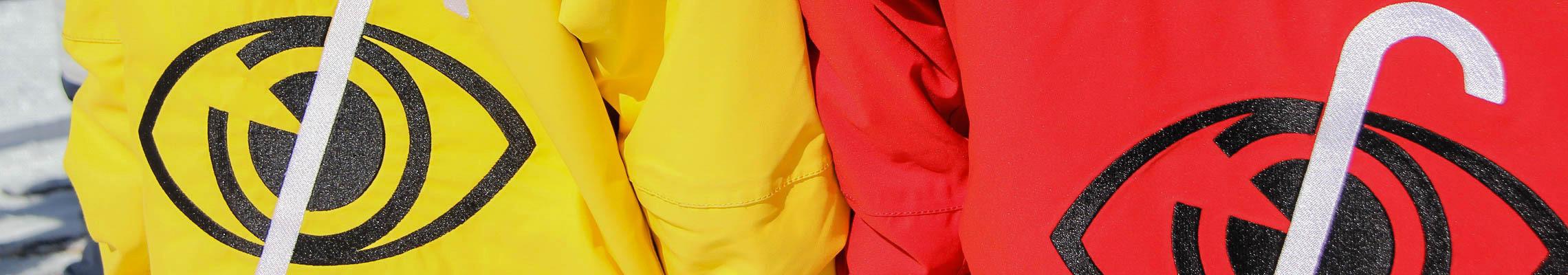 Photo: Gros plan sur les yeux au dos des vestes d'un tandem.