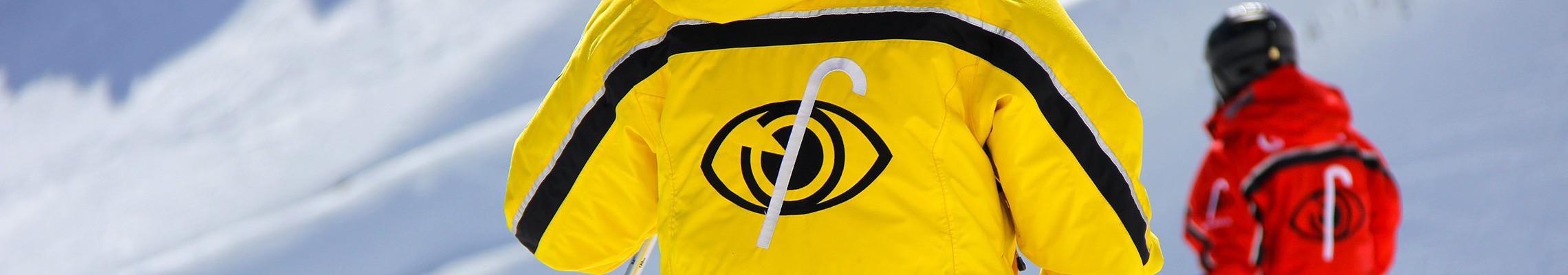 Photo: Veste jaune et veste rouge, un tandem au-delà du ski.